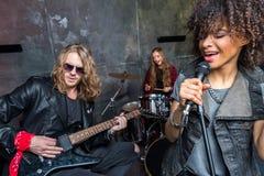 Groupe de rock préparant dans le studio musical, bande sur le concept d'étape Image libre de droits