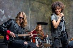 Groupe de rock préparant dans le studio musical, bande sur le concept d'étape Photos libres de droits