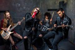 Groupe de rock préparant dans le studio musical, bande sur le concept d'étape Image stock