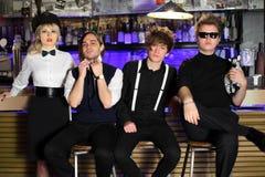 Groupe de rock quatre populaire dans la pose noire et blanche Images stock