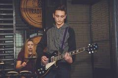 Groupe de rock sur une scène Photo stock