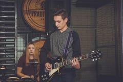 Groupe de rock sur une scène Photographie stock