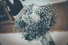 Groupe de roses blanches, décorations les épousant Image stock