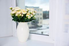Groupe de roses dans le vase en céramique sur une fenêtre Images stock