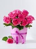 Groupe de roses roses à l'arrière-plan rose de l'espace de copie de vase Photographie stock libre de droits