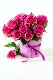 Groupe de roses roses à l'arrière-plan rose de l'espace de copie de vase Image libre de droits