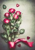 Groupe de roses rouges avec le ruban et les coeurs Photo libre de droits
