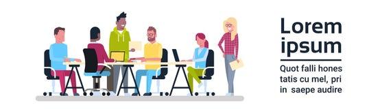 Groupe de séance de réflexion travaillante de Team Sitting At Office Desk de réunion d'affaires de personnes créatives Illustration Libre de Droits