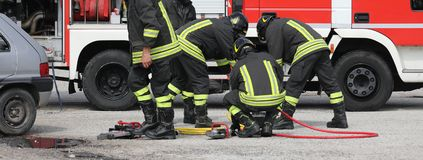 Groupe de sapeurs-pompiers dans l'action image stock
