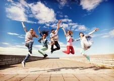 Groupe de sauter d'adolescents image stock
