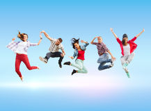 Groupe de sauter d'adolescents photo libre de droits