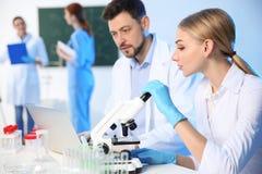 Groupe de scientifiques travaillant dans le laboratoire de chimie images stock