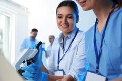 Groupe de scientifiques travaillant dans le laboratoire de chimie photos libres de droits