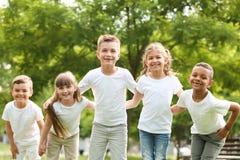 Groupe de se blottir d'enfants Projet volontaire photographie stock