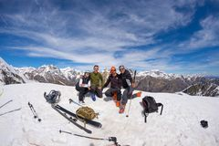 Groupe de selfie d'alpinistes sur le dessus de montagne Le fond scénique de haute altitude sur la neige a couvert des Alpes, jour Photo stock