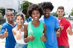 Groupe de showin de Caucasien de hanche et d'homme et de femme d'afro-américain Image libre de droits