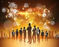 Groupe de silhouette de concept de Bitcoin de gens d'affaires au-dessus d'argent de Web de Digital de devise de Crupto de carte d Photos stock