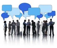 Groupe de silhouette de gens d'affaires avec des bulles de la parole Image stock