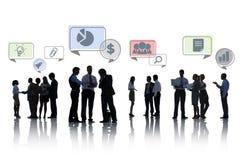Groupe de silhouette de gens d'affaires avec des bulles de la parole Images stock
