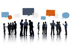 Groupe de silhouette de gens d'affaires avec des bulles de la parole Photographie stock libre de droits