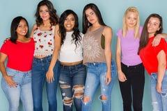 Groupe de six amis de l'adolescence divers Photographie stock