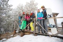 Groupe de skieurs parlant ensemble Photographie stock