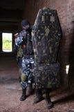 Groupe de soldat déménageant derrière l'écran protecteur tactique photos libres de droits