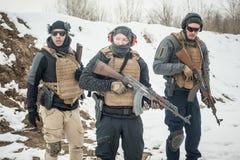 Groupe de soldats d'arm?e dans l'uniforme militaire avec l'?quipement complet photo stock
