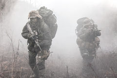 Groupe de soldats dans la fumée Image libre de droits