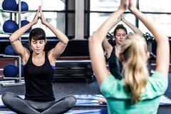 Groupe de sourire convenable faisant le yoga Photos stock