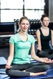 Groupe de sourire convenable faisant le yoga Image libre de droits