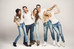 Groupe de sourire d'amis avec le crabot Image libre de droits