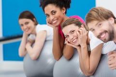 Groupe de sourire d'amis pratiquant Pilates Photographie stock libre de droits
