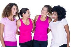 Groupe de sourire de femmes avec des bras autour Images stock