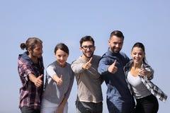 Groupe de sourire des jeunes montrant le pouce  Photo libre de droits