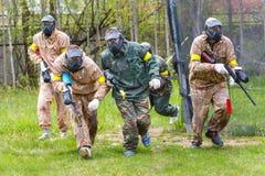 Groupe de sportifs sur le début de la mission de paintball Image libre de droits