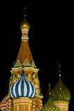 Groupe de St.Basil la nuit images stock