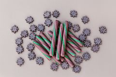 Groupe de sucrerie Cane Sticks And Wooden Snowflakes sur Backgr de papier photos stock