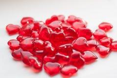 groupe de sucrerie en petite sucrerie rouge en forme de coeur sur le fond blanc, Photo libre de droits