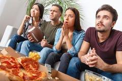 Groupe de supporters d'amis regardant la rencontre de rugby s'inquiéter Photographie stock