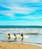 Groupe de surfers avec des planches de surf Photo stock