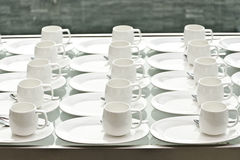 Groupe de tasses de café Tasses vides pour le café Beaucoup de rangées de la tasse blanche pour le thé ou le café de service en p Images libres de droits