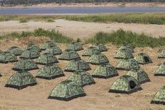 Groupe de tente d'armée à la rivière Photos stock