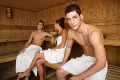 Groupe de thérapie de station thermale de sauna jeune dans la chambre en bois Photo libre de droits