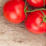 Groupe de tomates rouges sur la table en bois rustique - fin  photographie stock