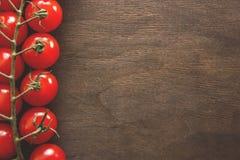 Groupe de tomates sur un fond en bois Images libres de droits