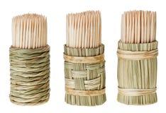 Groupe de toothpick en bois dans le support rond de paille image stock
