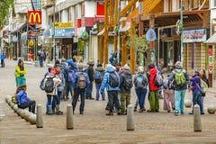 Groupe de touriste au centre de Bariloche, Argentine photographie stock libre de droits