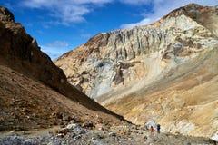 Groupe de touristes à l'intérieur du cratère du volcan de Mutnovsky Image libre de droits