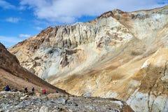 Groupe de touristes à l'intérieur du cratère du volcan de Mutnovsky Photographie stock